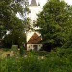 Die schiefe Dorfkirche.